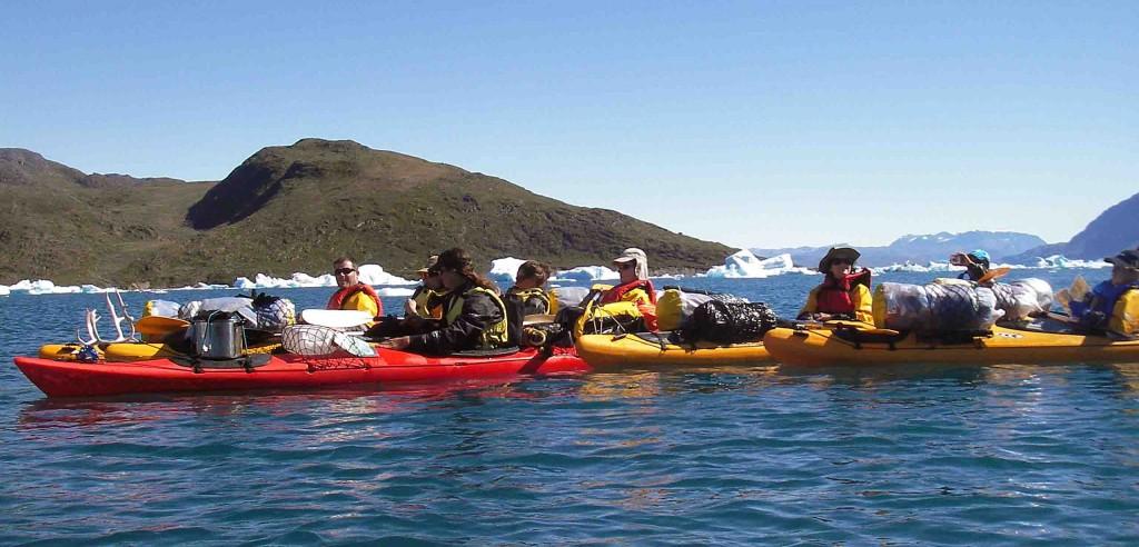 Kayak en groenlandia, cerca del glaciar Eqaloruutsit