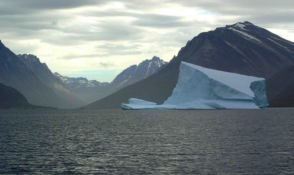 kayak en groenlandia, tasermiut, iceberg estribaciones fiordo