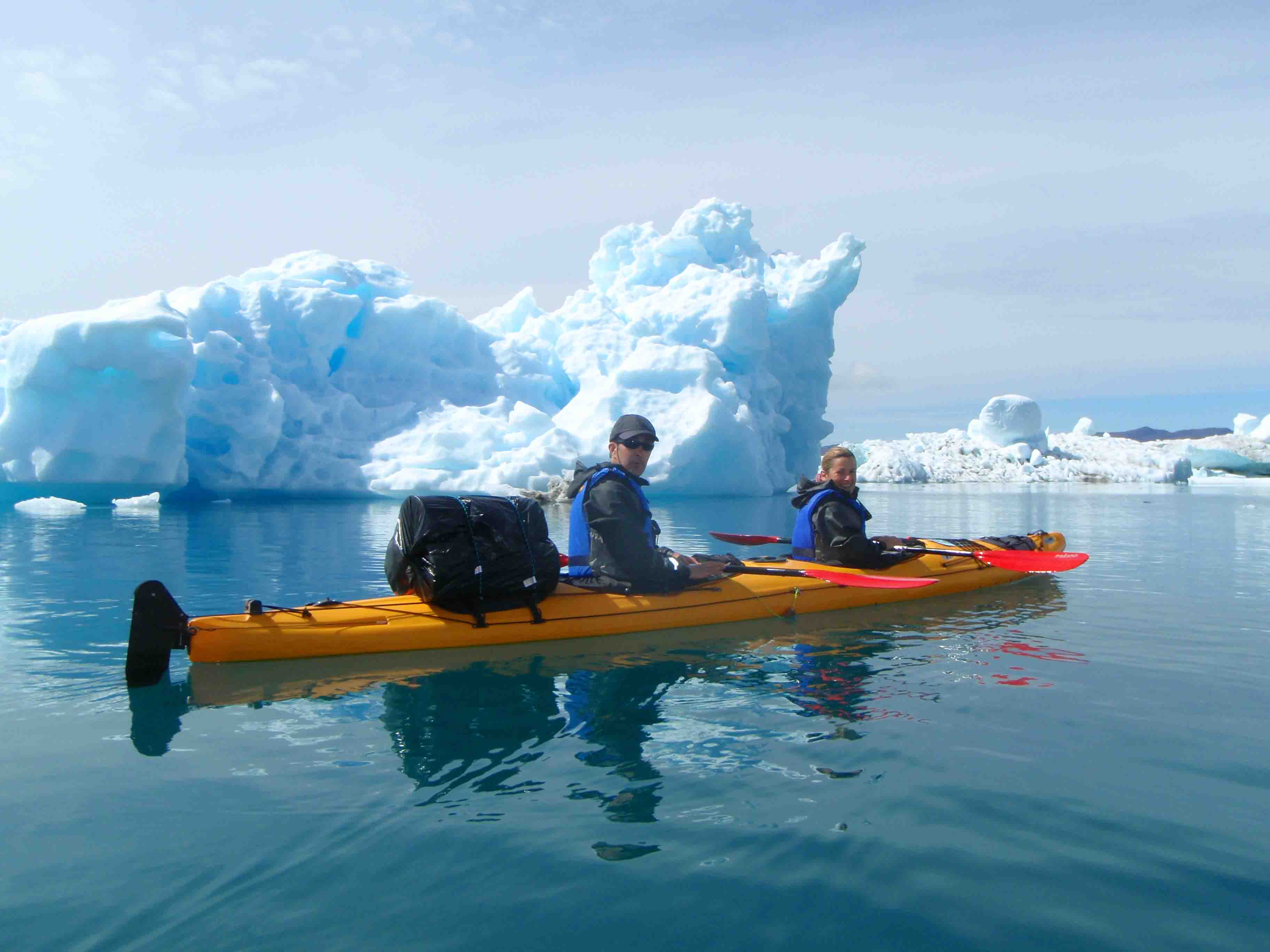 pareja de kayakistas. icebergs en la zona de Tasiusaq